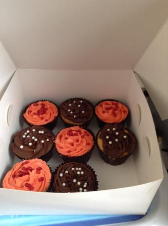 Twycross Guest House: Cupcakes in our room daughter already tucked in so that's why 1 missing!