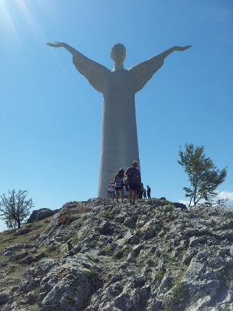 Statua del Cristo Redentore di Maratea: le persone piccole come formiche