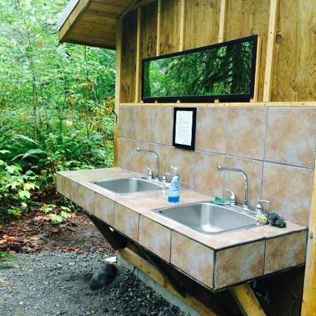 Paradise Valley Campground: Love the tile sink!