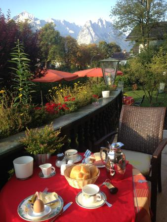 Hotel Aschenbrenner : breakfast in the garden looking at the mountains