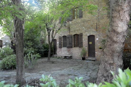 ... Borromeo: Castello di Peschiera Borromeo - Esterni e villa annessa_4