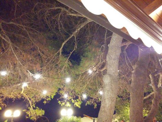 Illuminazione Esterna Ristorante : Particolare dell illuminazione esterna del ristorante foto di