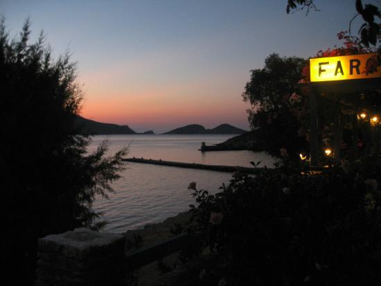 Faros Hotel: taverna e spiaggetta all'imbrunire