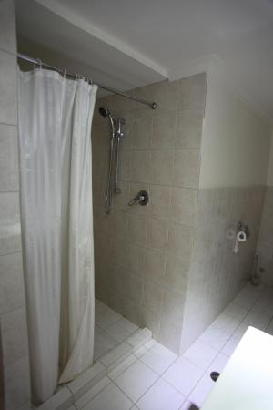 Underground Bed & Breakfast: Our spacious shower