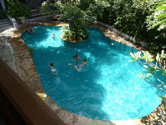 Zwembad Op Balkon : Uitzich op het zwembad vanaf het balkon picture of thambapanni