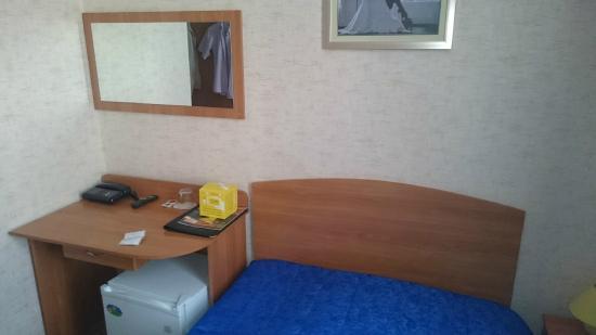 Izhora Hotel: Тумбочка в комнате