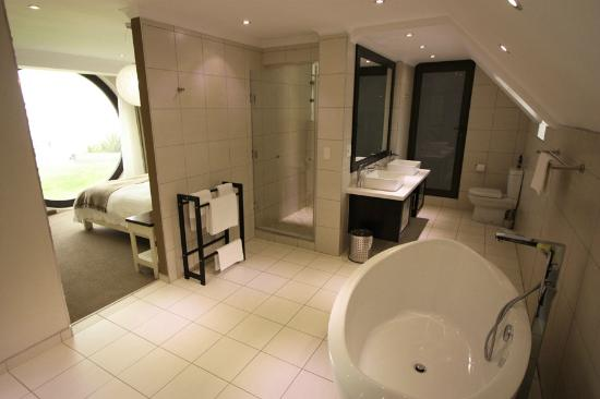 Beach Lodge Swakopmund: Bathroom - there is a table and vanity mirror behind the point of view