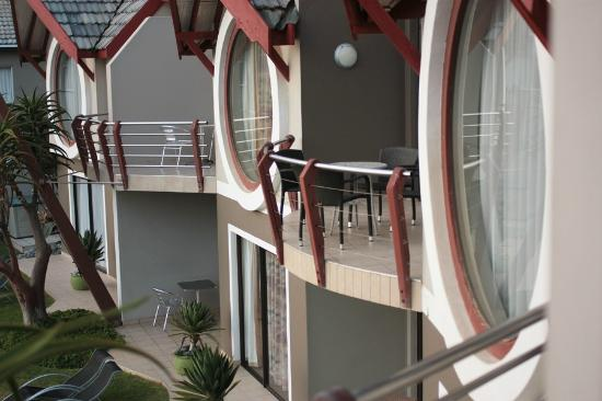 Beach Lodge Swakopmund: Neighbouring rooms as seen from the edge of the balcony