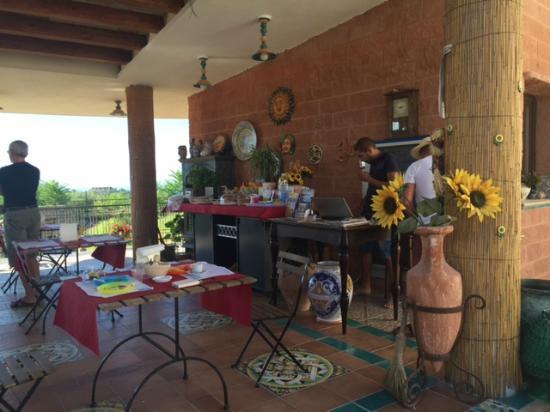 Il Marchese: portico dove viene servita la colazione