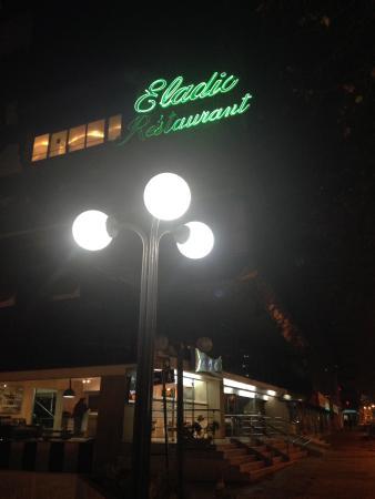 Giratorio Restaurant: Vista da rua