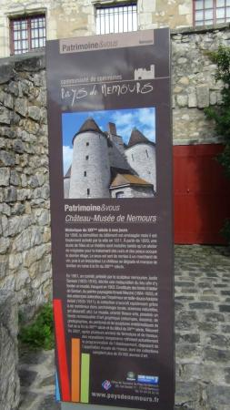 Château-Musée de Nemours: Panneau d'info sur le château
