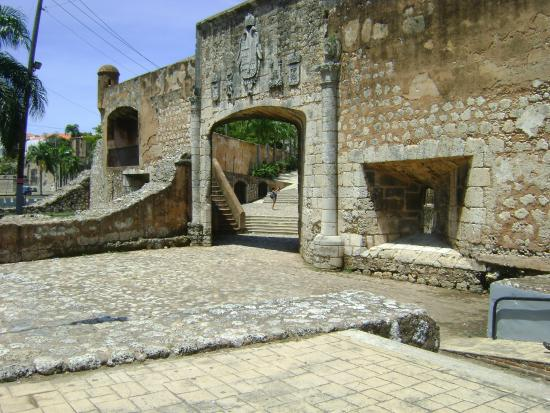 Santo Domingo City Tour: entrada de la fortaleza de diego colon