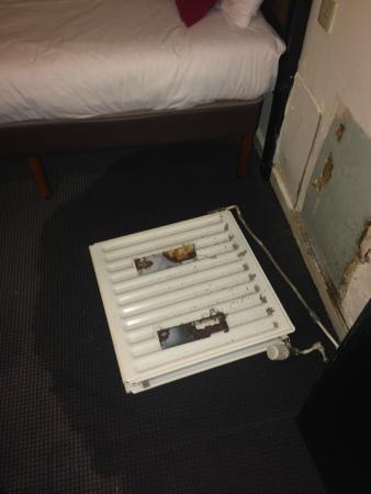 Britannia Hotel Birmingham: There was a leaking radiator on the floor as we opened our room door.......