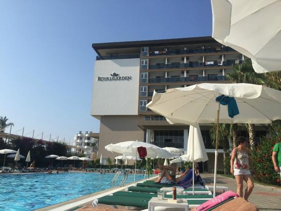 Royal Garden Select & Suite: pool area
