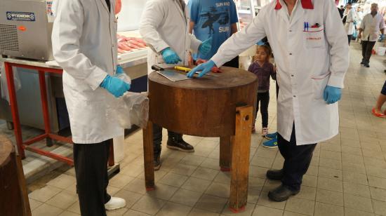 Central Market: Corte da carne sobre o toco de madeira