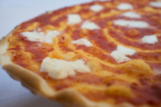 Pizzeria Gnoccheria Chiringuito: Pizza tirata con la bufala