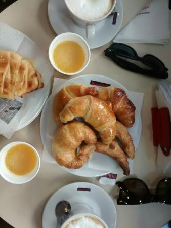 Bonafide Cafe: Medialunas gostosas, excelente café e suco de laranja forte