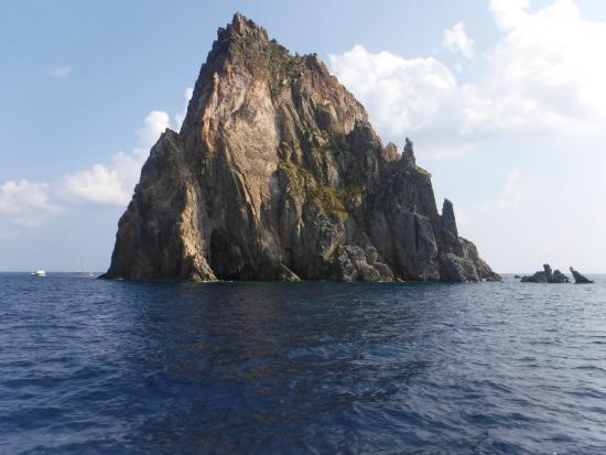 Tarnav Minicrociere Isole Eolie: islote cerca de Panarea
