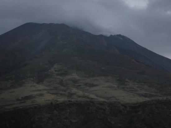 Tarnav Minicrociere Isole Eolie: Strombolli anocheciendo y soltando humo