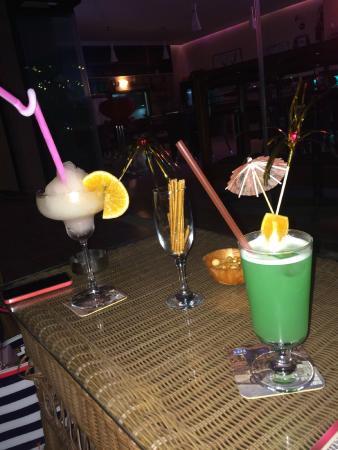 The Brothers Restaurant & Fun Pub: Pineapple daiquiri and Hawaii cocktail