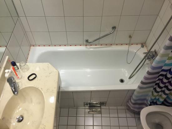 Scandic Hotel Opalen: Stort hotell med trevligt bemötande och ett rent rum med badkar! Fläckig matta i hotellkorridore