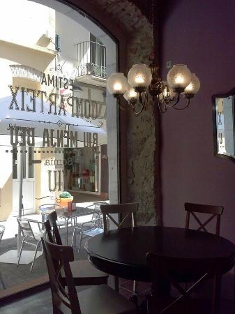 La Taverna del Barri Vell: Nuestro salón, con vistas al Carrer dels Tints.