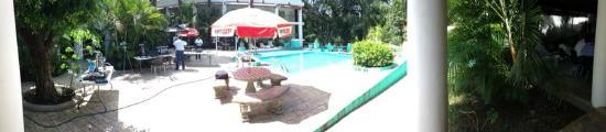 Paraiso Escondido: vista a la piscina
