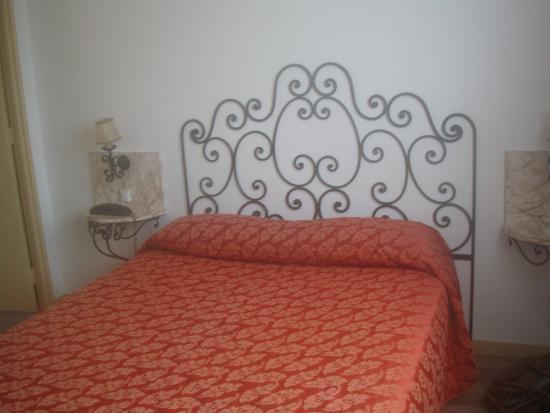 Hotel Le Boischaut : lit avec sa tête en fer forgé