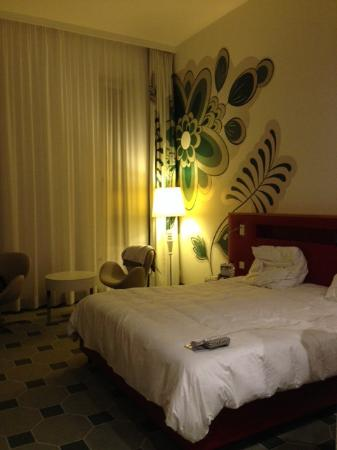 Hyperion Hotel Dresden am Schloss: Il letto, particolare entrando