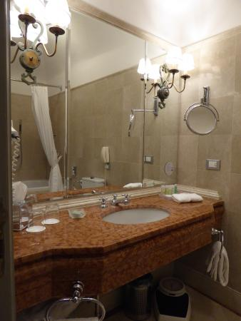 The Westin Excelsior Florence: Bathroom sink area