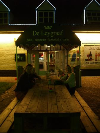 Hotel De Leygraaf: Exhausted family relax at De Leygraaf after 1150 KMs