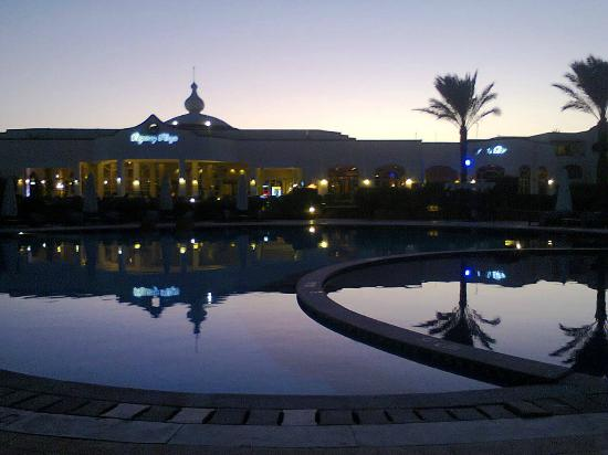 Regency Plaza Aqua Park & Spa Resort: Вечерний вид