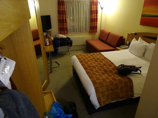 Holiday Inn Express London - Hammersmith: double bed and sofa bed