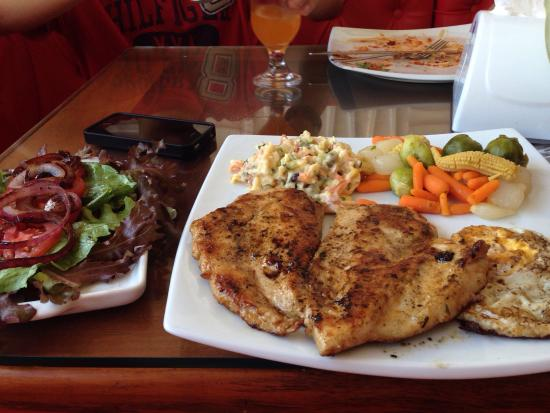Portuga Lanches: Delícia de almoço! 😋 Peito grelhado, ovos, salpicão, legumes e salada.👏🏼👏🏼👏🏼👏🏼