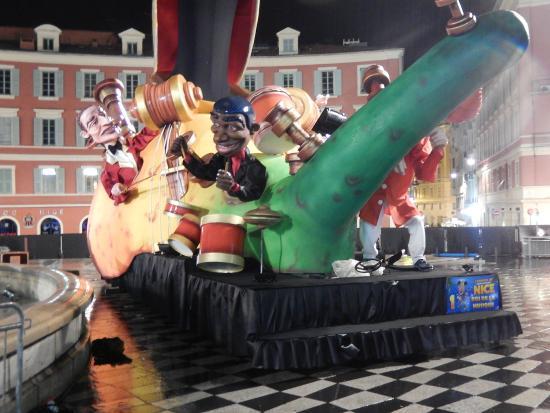 Place Massena: enfeites de carnaval na praça