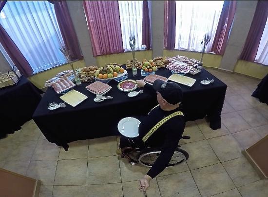 Hotel Isabel de Segura: buffet libre al alcance desde la silla de ruedas