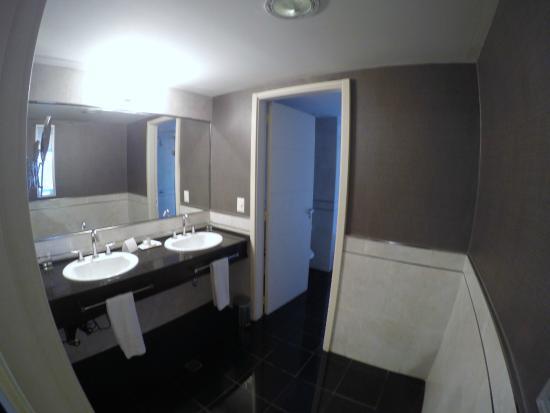 Diplomatic Hotel: baño