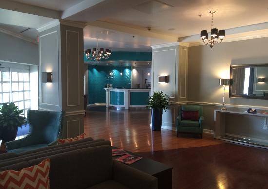 Hotel Indigo Houston at the Galleria: The reception area.