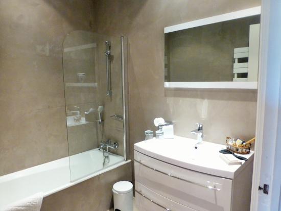 """Les Roches Blanches: salle de bain chambre """"tulipe"""""""
