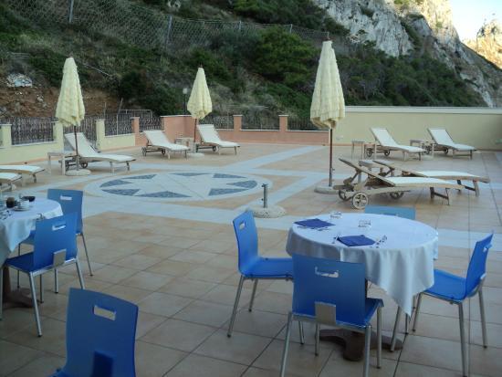 Hotel La Rosa Dei Venti: solarium per la colazione