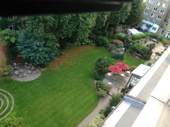 K+K Hotel George: Vista do quarto para o lindo jardim do hotel