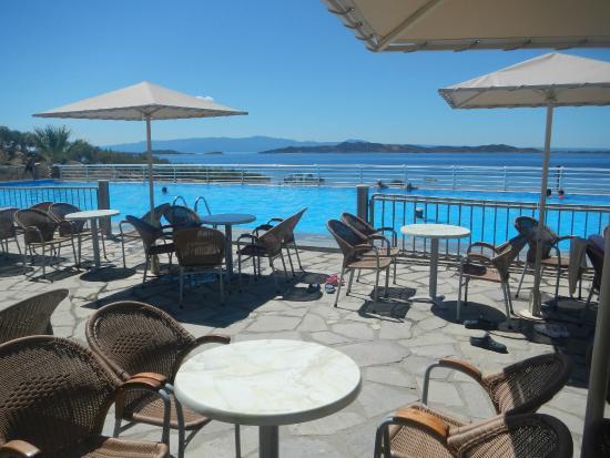 Akrathos Beach Hotel: бар при бассейне