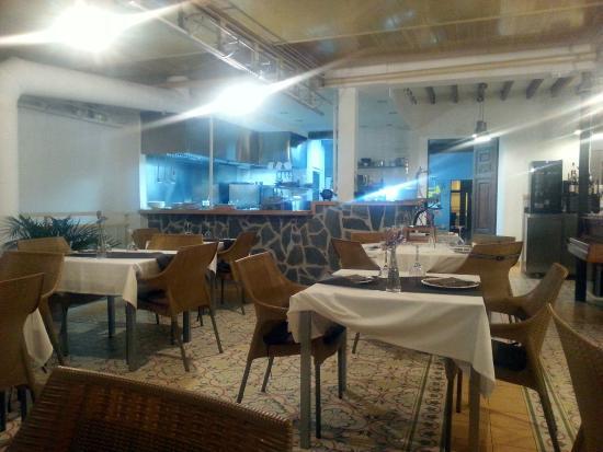 Franxerra: Interior del local en la planta superior. La cocina es abierta