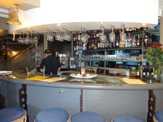 De Barge Hotel: Etwas Musik und ein sympathischer Barkeeper wäre stimmungsvoller gewesen.