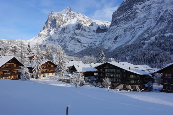 Grindelwald Dorf im Winter mit Wetterhorn