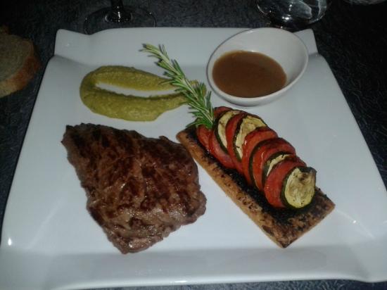 Auberge le Collet: Pièce de viande + tarte provençale/purée de pois/fèves
