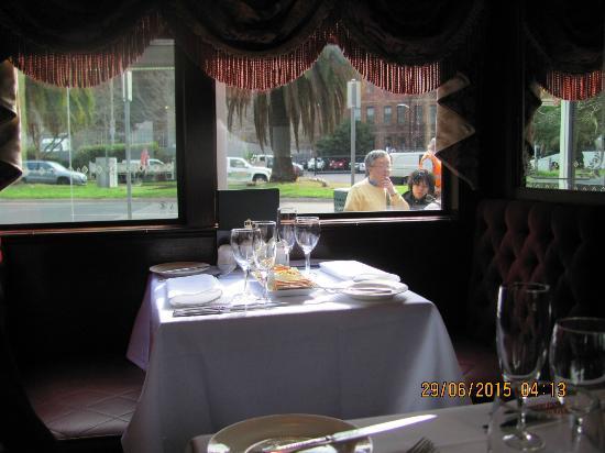 The Colonial Tramcar Restaurant: Tisch in dem Tram Restaurant