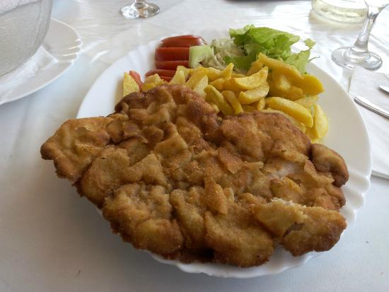 Konoba Ivo: Bistecca impanata con patate fritte e insalata mista. Piatto per bambino.