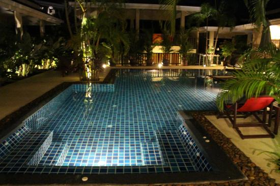 Baan Sawan Samui Resort: Pool at night