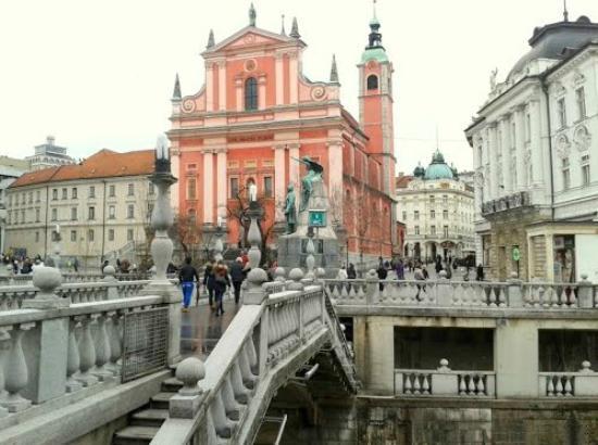 Ljubljana Old Town: brug met kerk